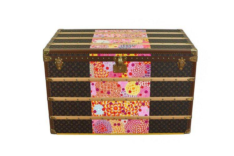 藝術家曾雍甯以緞帶概念彩繪的路易威登硬箱。圖/LV提供