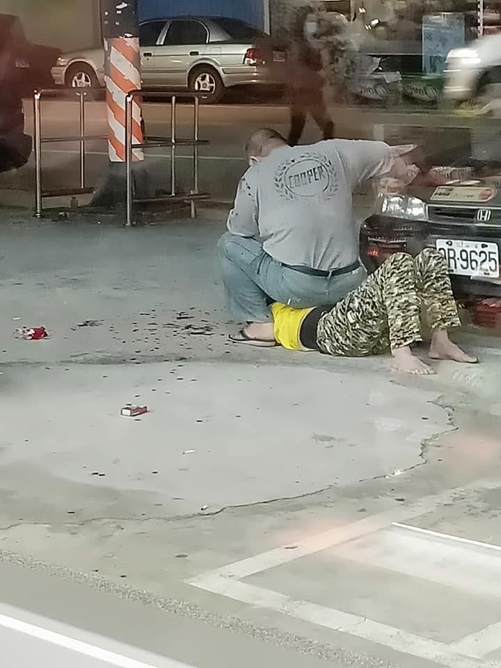 周姓失業男酒後欲回原公司工作不成,竟當街起意揮刀砍傷友人,被路人報警當逮捕送辦,...