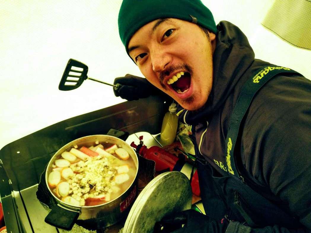 宥勝運用食材,烹煮招牌海鮮湯,提振團隊士氣。圖/橘子關懷基金會