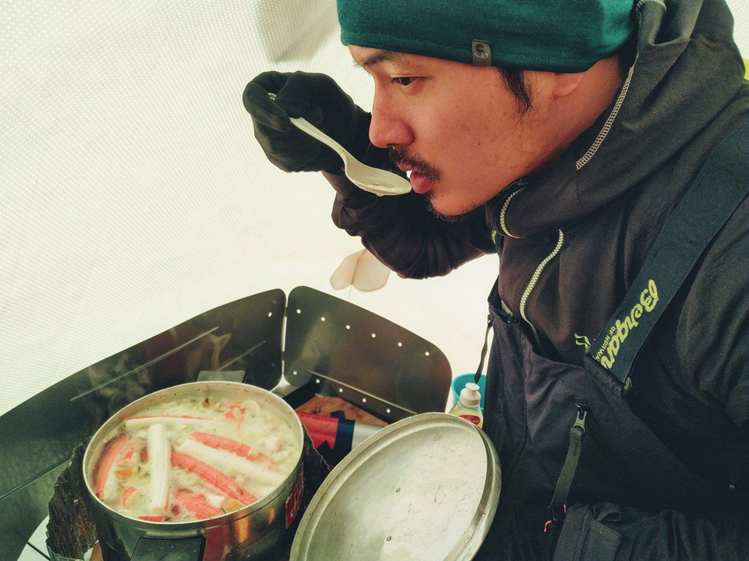宥勝運用食材,為隊員們烹煮招牌海鮮湯。圖/橘子關懷基金會