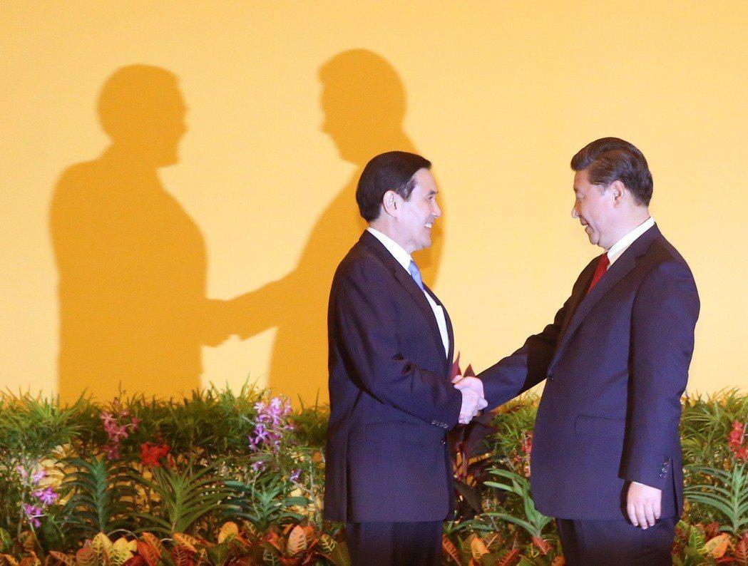 兩岸領導人馬英九(左)與習近平(右)2015年首次在新加坡會面。 圖/聯合報系資...