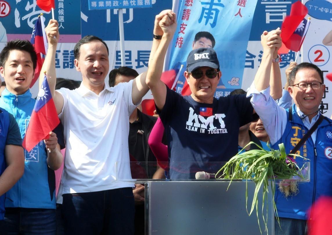 前總統馬英九(右二)、新北市長朱立倫(右三)十一月曾同台助選。 圖/聯合報系資料...