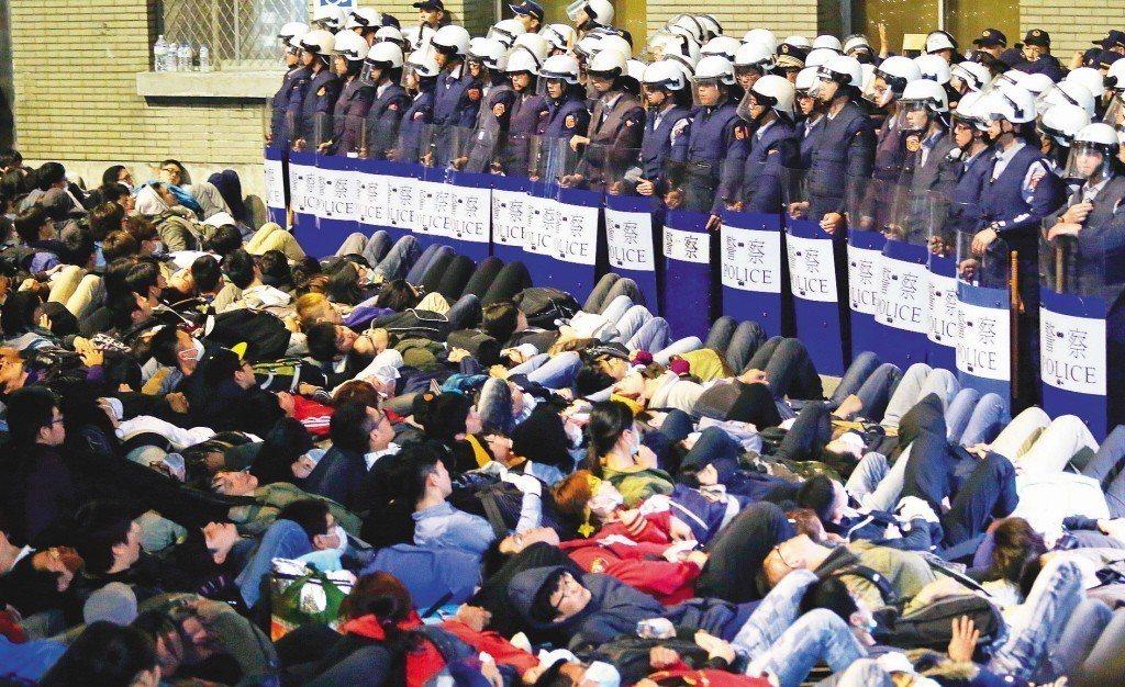 2014年太陽花學運,占領行政院的反服貿民眾,躺在地上與警方對峙。 圖/聯合報系...