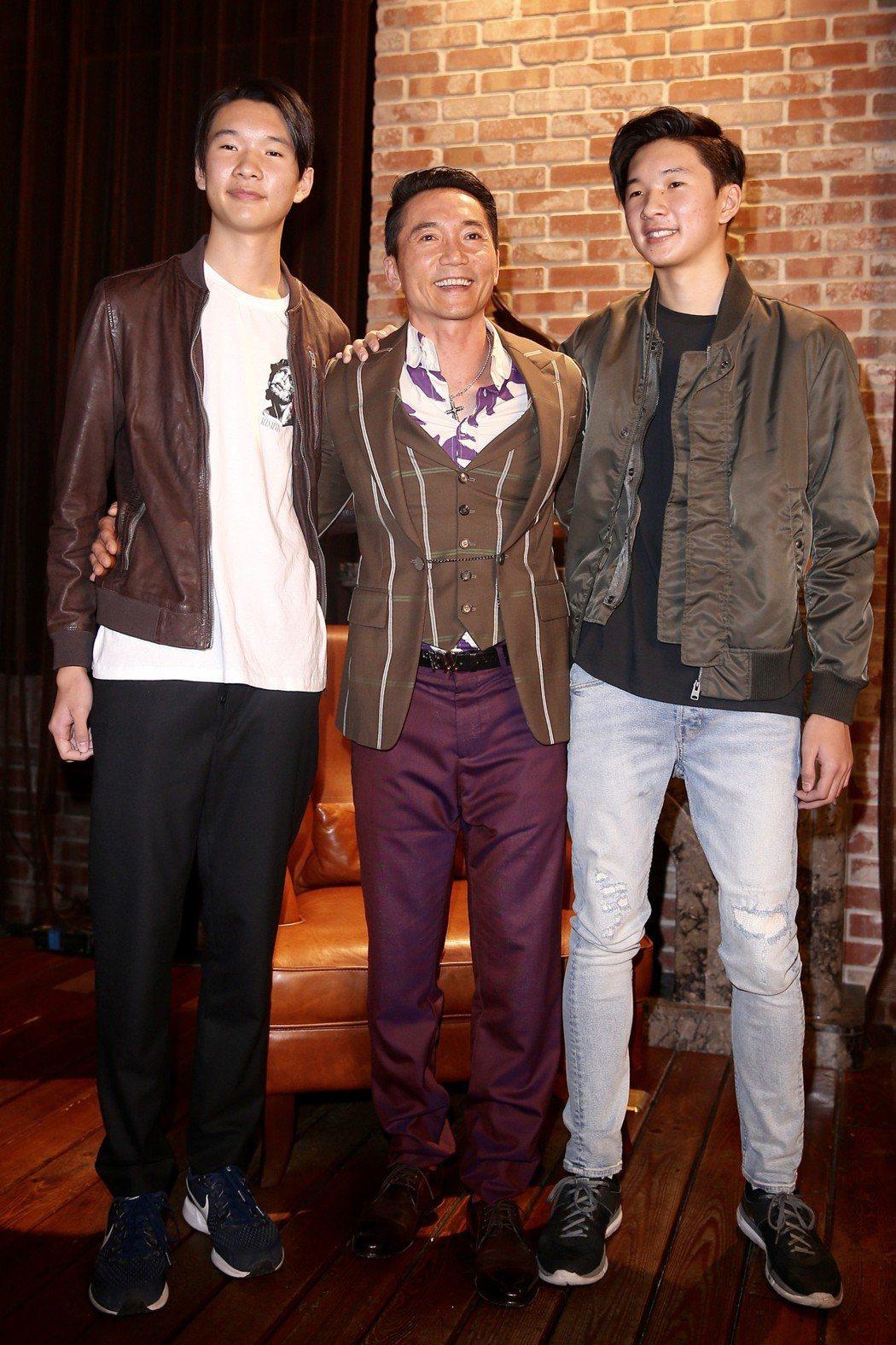 鄒兆龍(中)為《黃金娛樂城》手遊拍攝廣告,雙胞胎兒子現場探班。記者林伯東/攝影