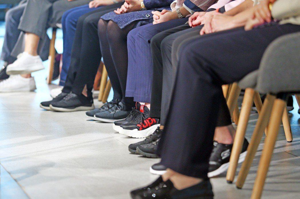 侯友宜昨帶領小內閣成員開記者會,新團隊局處首長統一穿著布鞋亮相,象徵接地氣,和市...