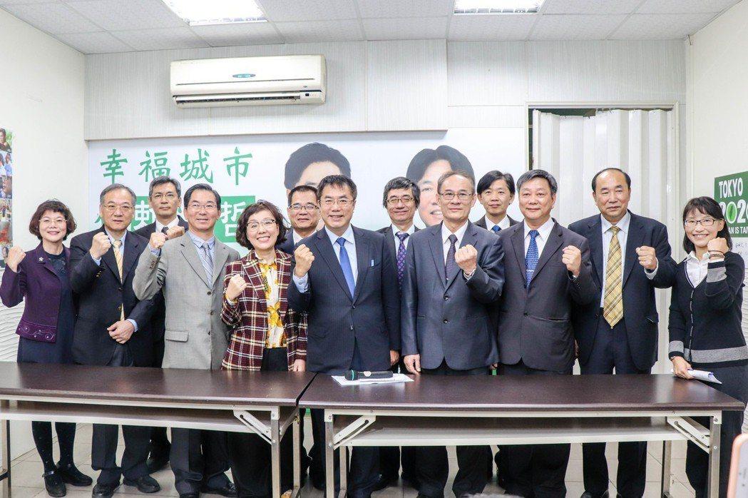 台南市長當選人黃偉哲昨開記者會發布小內閣名單,與會出席閣員幾乎穿著套裝、西裝。...