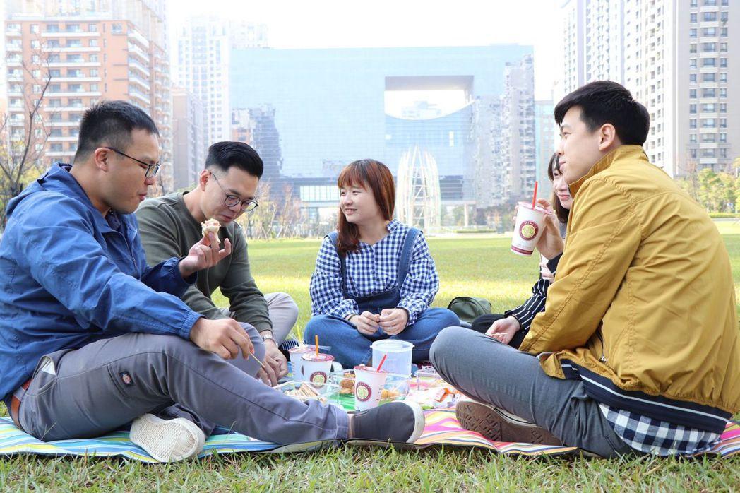 台中市準市長盧秀燕要辦「草地就職」,邀請市民來野餐,團隊透露當天一級主管穿著將展...