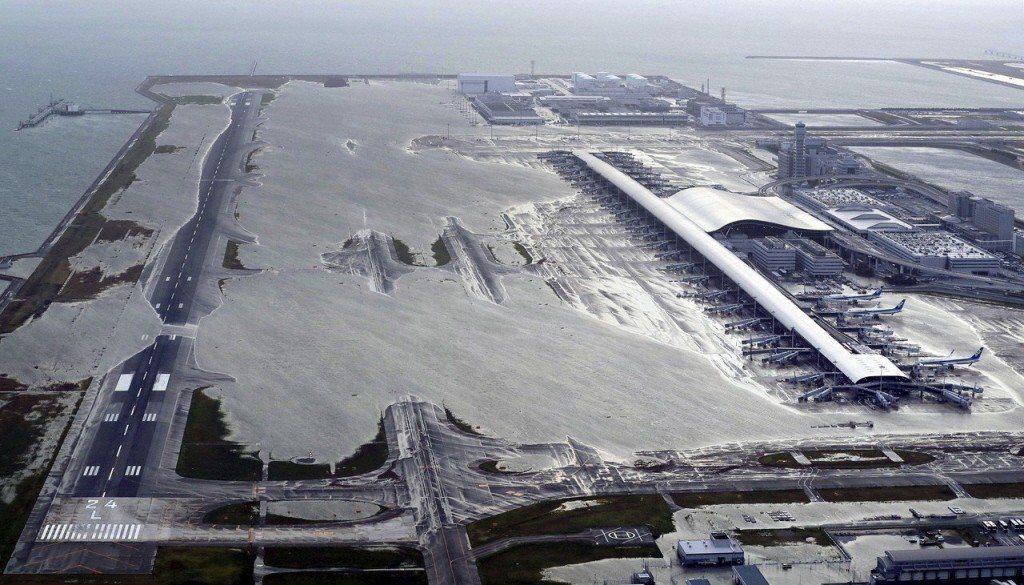 燕子颱風侵襲日本導致關西機場跑道大淹水。圖/美聯社