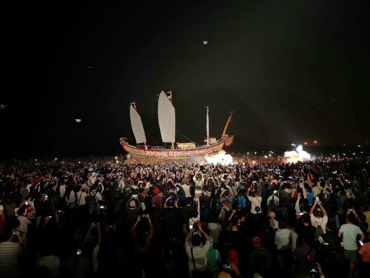 屏東東港迎王平安祭典「送王」儀式,萬人爭睹。圖╱東隆宮提供