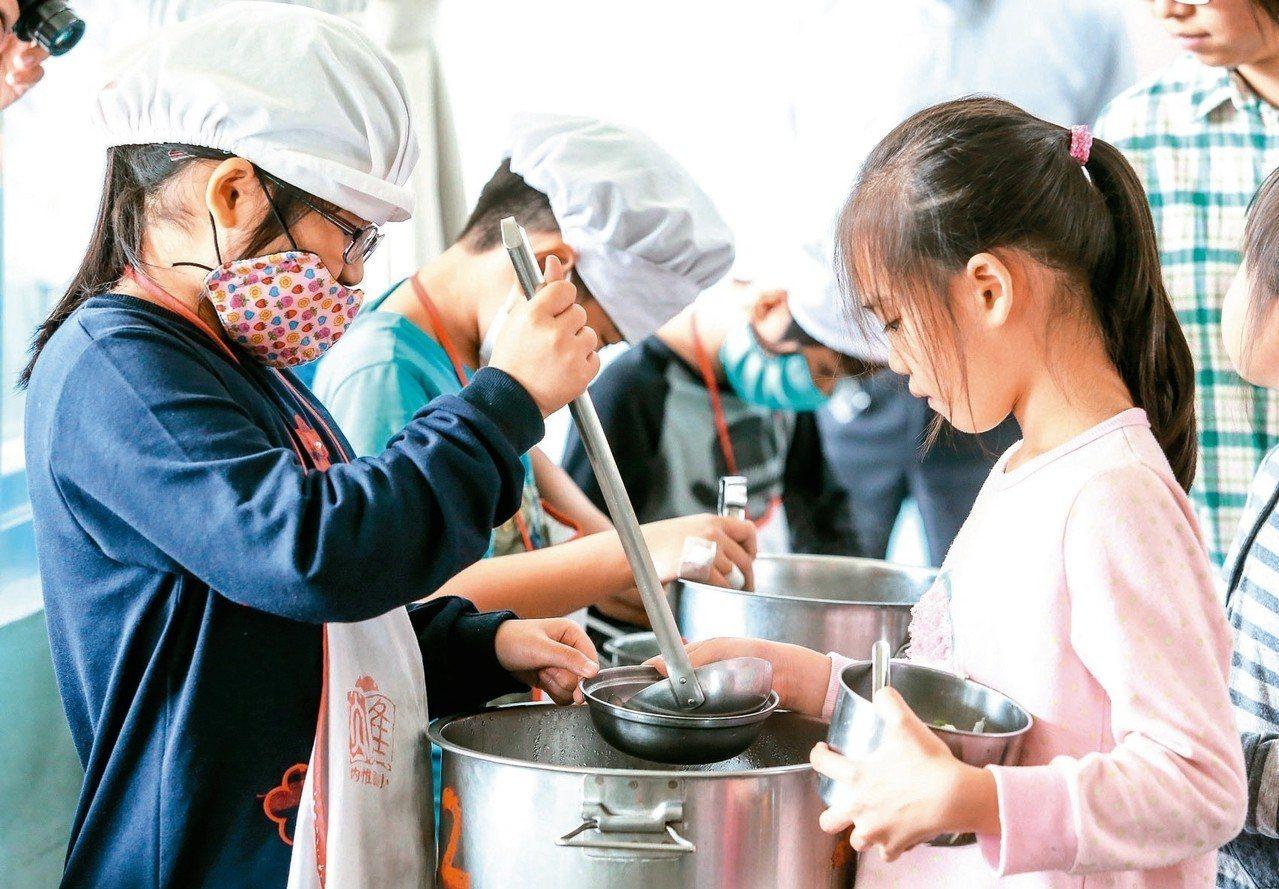 農糧署規畫明年3月起試辦學校午餐使用有機和產銷履歷蔬菜及米獎勵方案。 圖/聯合報...