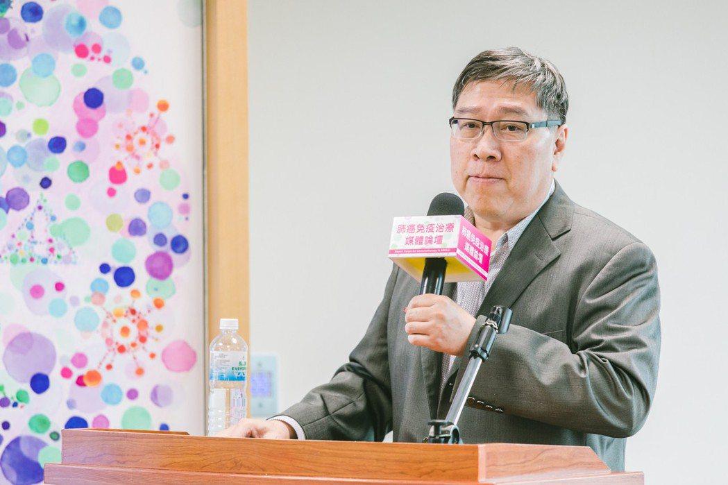 台灣肺癌學會理事長陳育民期待健保署能夠加速免疫療法給付的審議腳步,造福晚期肺癌等...