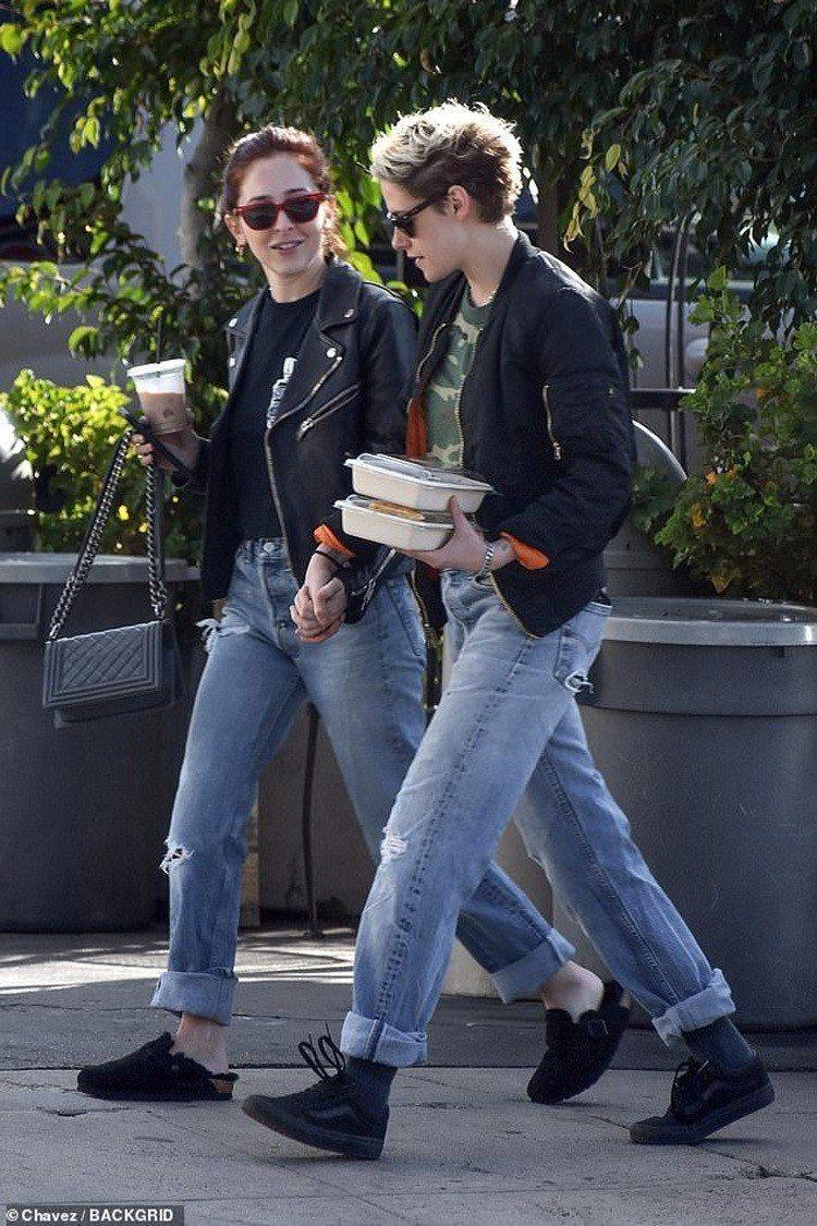 史都華和造型師Sara Dinkin穿情侶裝。圖/擷自每日郵報