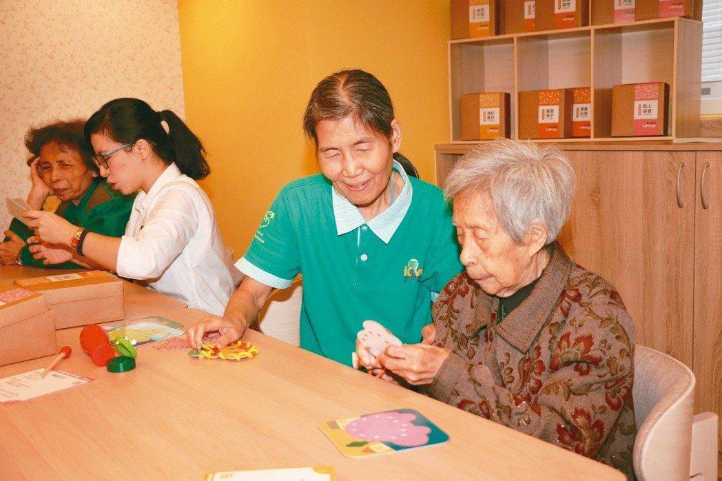 新豐托老中心引進盤古銀髮公司所開發的「生活賦能活動寶盒」,藉由桌遊評估長輩六大生...