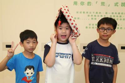 桃園市霄理國小三年級學生溫哲偉(左起)、李國睿、葉宇辰,從地震防災頭套發想設計出...