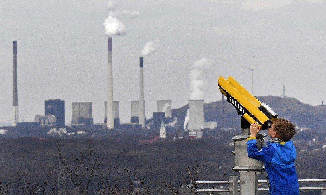 燃煤發電近年來雖有下降趨勢,但2017年占比為仍為最大宗的37%。圖背景為波特洛...