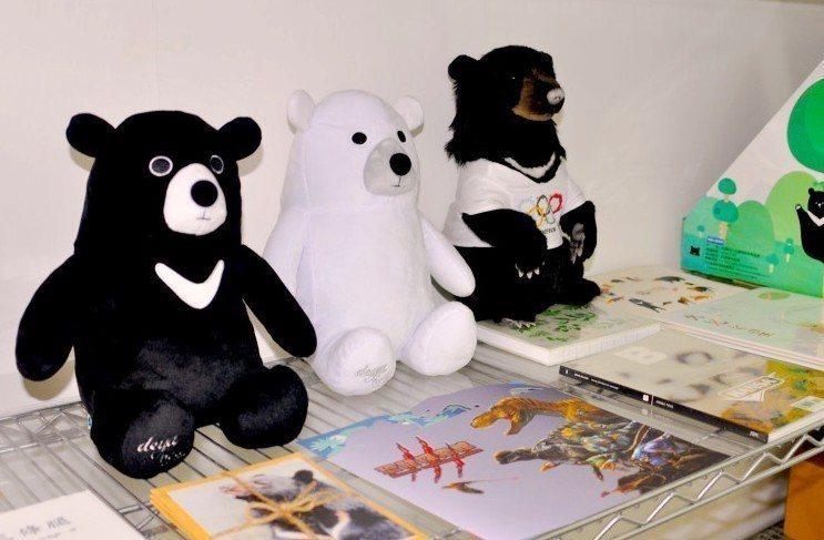 除了知音文創之外,協會也與台灣知名品牌deya合作,推出台灣黑熊的背包及手提袋,...