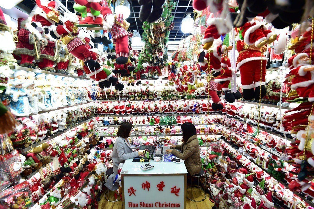 圖為「中國聖誕村」——浙江義烏市的批發市場。2015年時,中國攝影師陳榮輝以《聖...