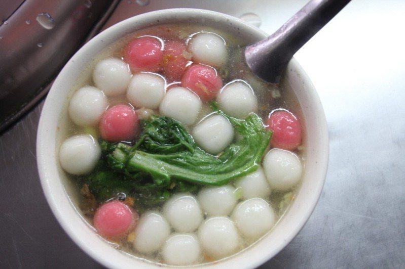 紅白鹹湯圓是很道地的客家美食。 圖片來源/聯合報系