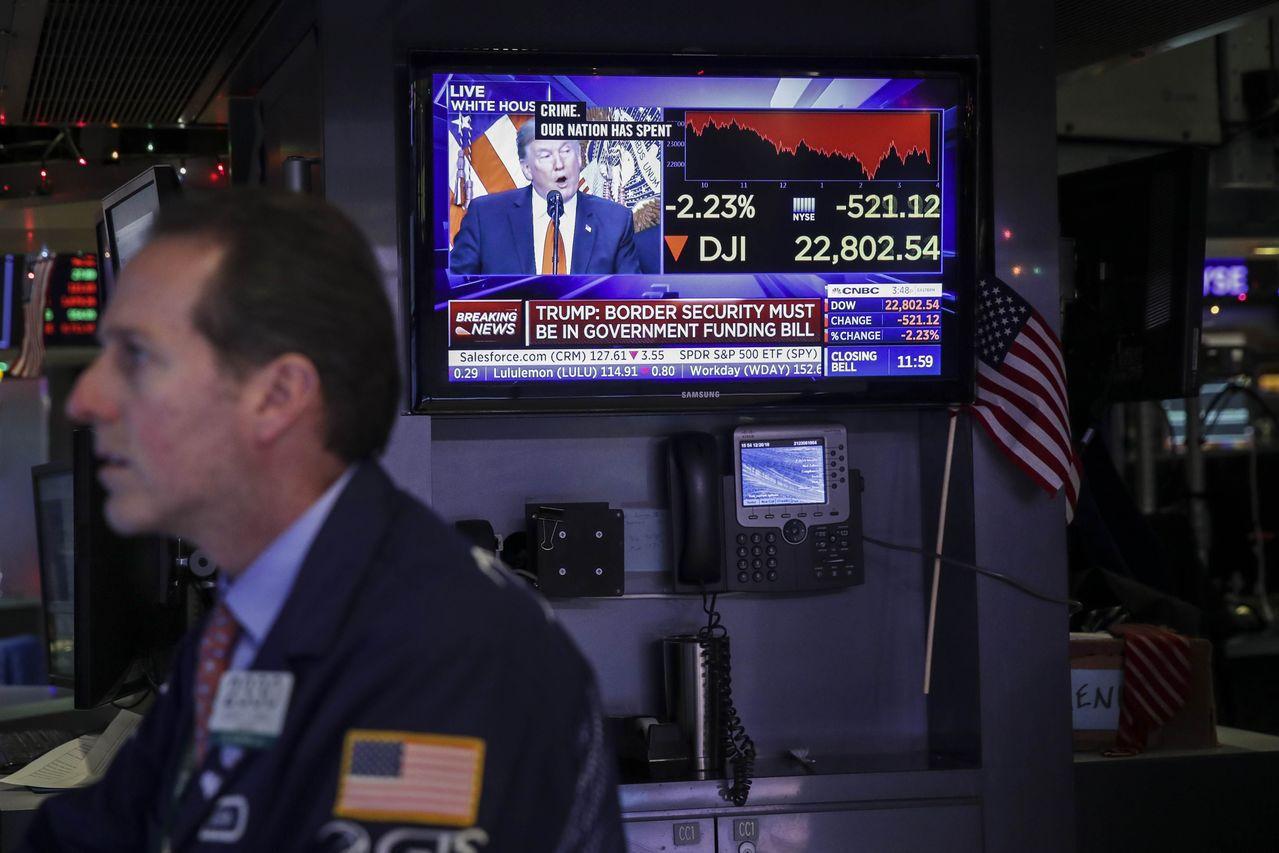 美股雪上加霜,聯準會(Fed)周三升息衝擊市場後,美國政府又爆發停擺疑慮。法新社