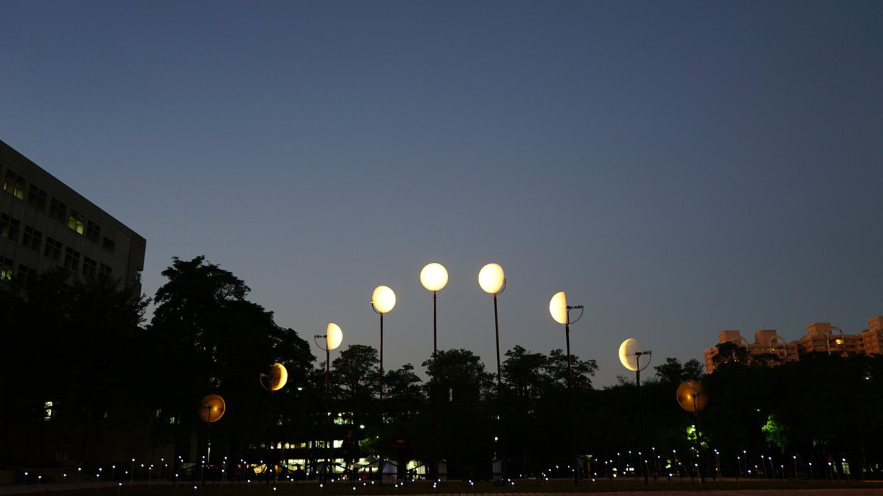 交大「觀月計畫 #define moon_」透過不同的觀看角度,會呈現不同美感。...