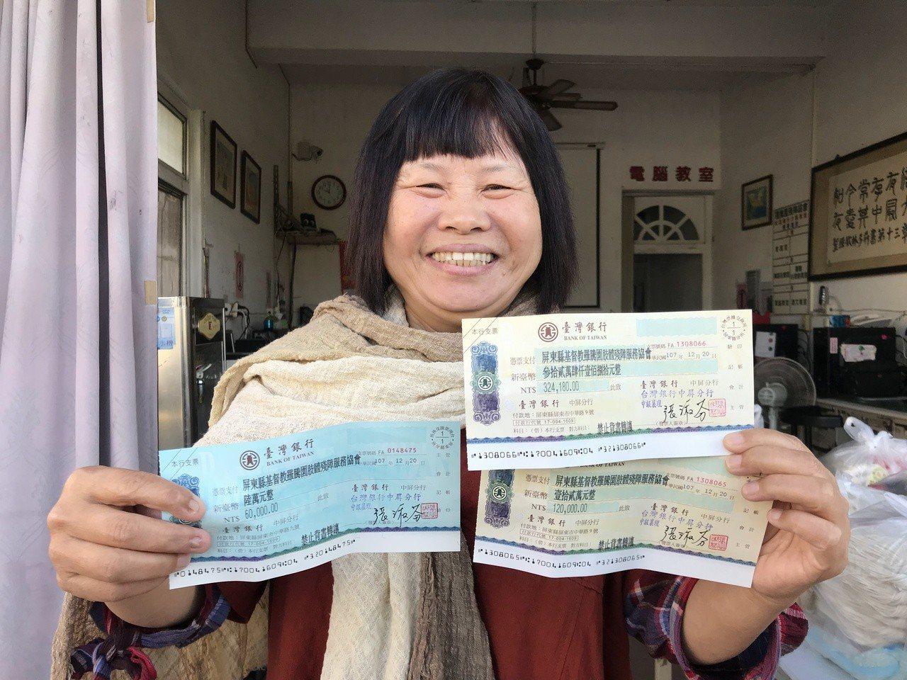 議員蔣月惠今天亮出3張支票,總共52萬多元,全數捐給羅騰園。記者蔣繼平/攝影