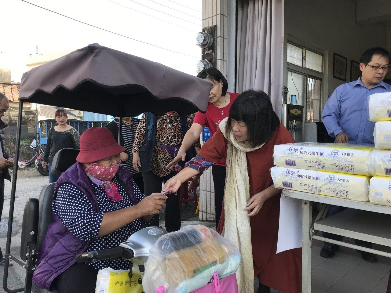 羅騰園今天上午也發放冬令物資給弱勢民眾。記者蔣繼平/攝影