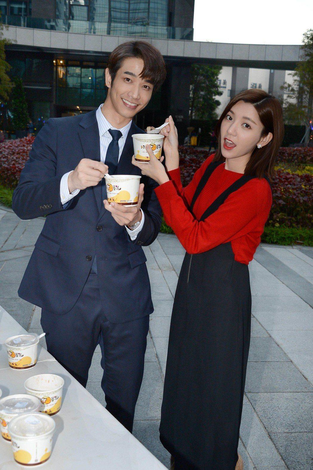 劉以豪(左)、郭雪芙拍新戲「我們不能是朋友」過冬至,2 人互餵吃湯圓。圖/八大提