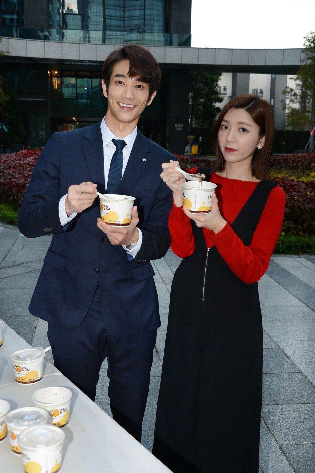 劉以豪(左)、郭雪芙拍新戲「我們不能是朋友」過冬至,2 人互餵吃湯圓。圖/八大提...
