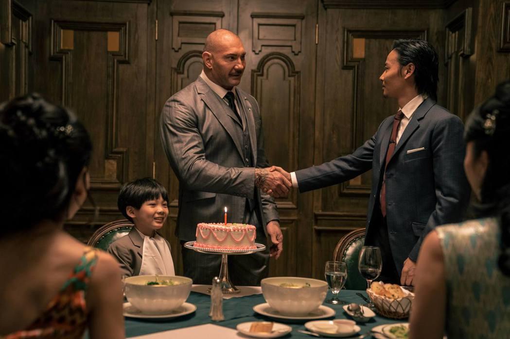張晉(右)與戴夫巴帝斯塔有激烈對手戲。圖/華映娛樂提供
