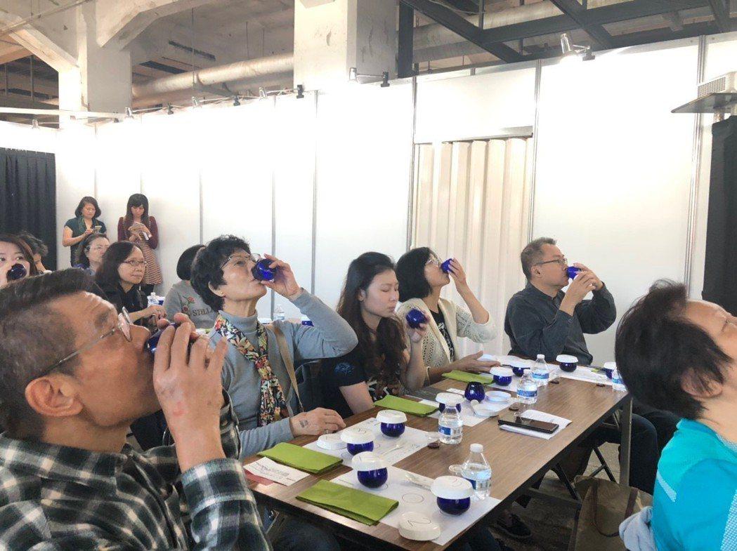 民眾參加「有意思生活節-健康互動講座」,在品油師的指導下,現場練習品油,第三步驟...