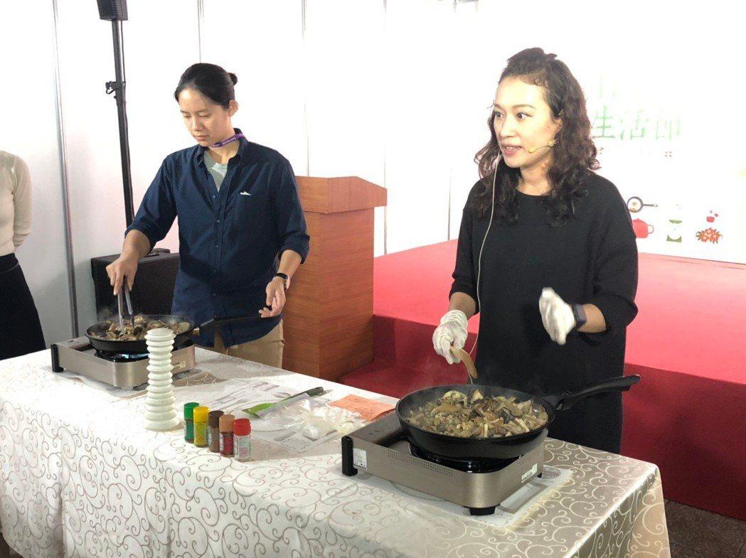 廚藝老師陳怡均(右)擅長地中海料理,現場示範橄欖油菇菇溫沙拉。張益華/攝影