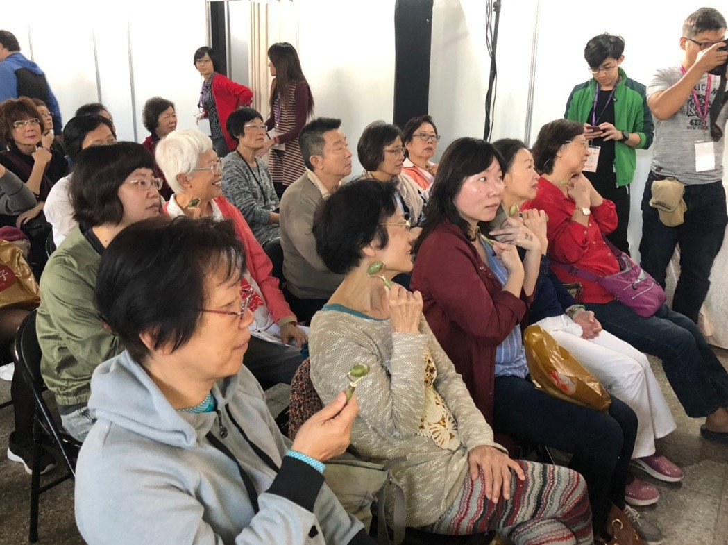 民眾在「有意思生活節-健康互動講座」中,跟著中醫師羅珮琳一起按摩穴道,幫助瘦臉。...