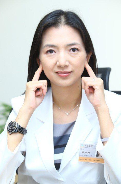 中醫師羅珮琳示範按摩下關穴,位在耳前張口突起處,有助拉提臉部肌肉,促進氣血循環。...