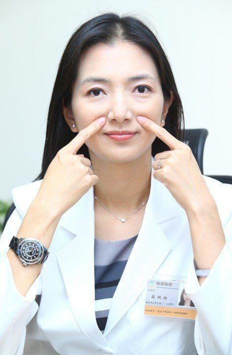 中醫師羅珮琳示範按摩迎香穴,位在鼻下與法令紋交接處,有助拉提臉部肌肉,促進氣血循...