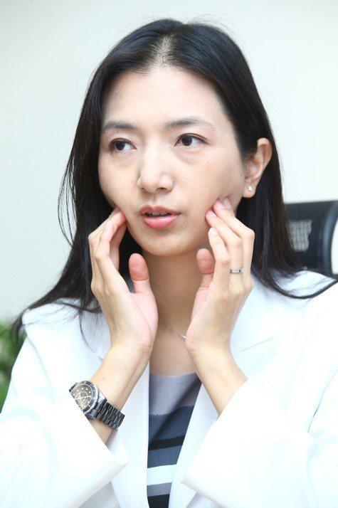 「頰車穴」會在咬牙切齒時突起,中醫師羅珮琳臉部按摩頰車穴幫助瘦臉。記者曾學仁/攝...
