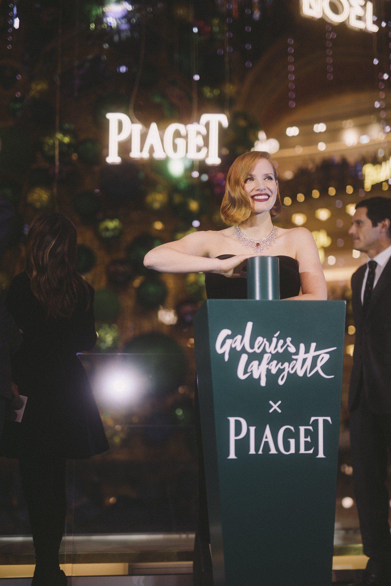 全球品牌大使潔西卡雀絲坦(Jessica Chastain)點亮伯爵聖誕樹。圖/...