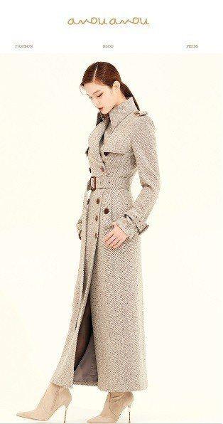 灰色人字紋羊毛混紡大衣,售價1,689,000韓元、約台幣46,380元。圖/取...