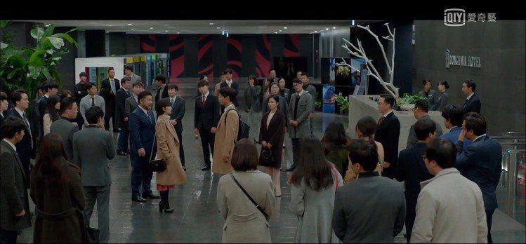 駝色oversize喀什米爾大衣,售價1,199,000韓元、約台幣32,925...