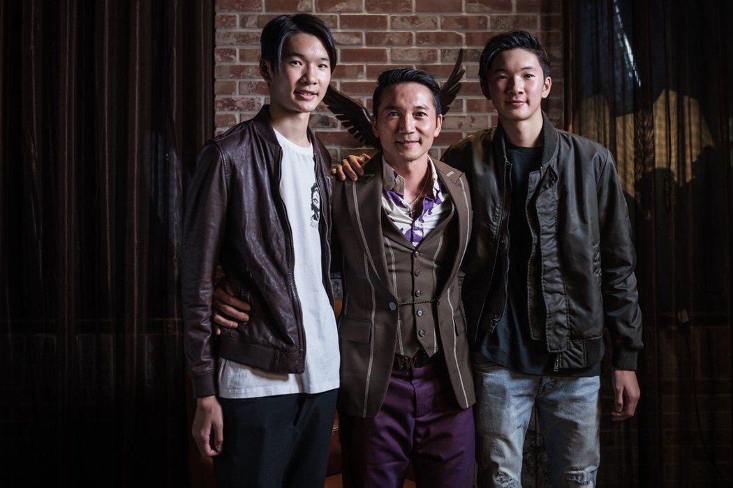 鄒兆龍(中)帶兩個雙胞胎兒子首度亮相,左為Kaden,右為Kian。圖/齊石提供