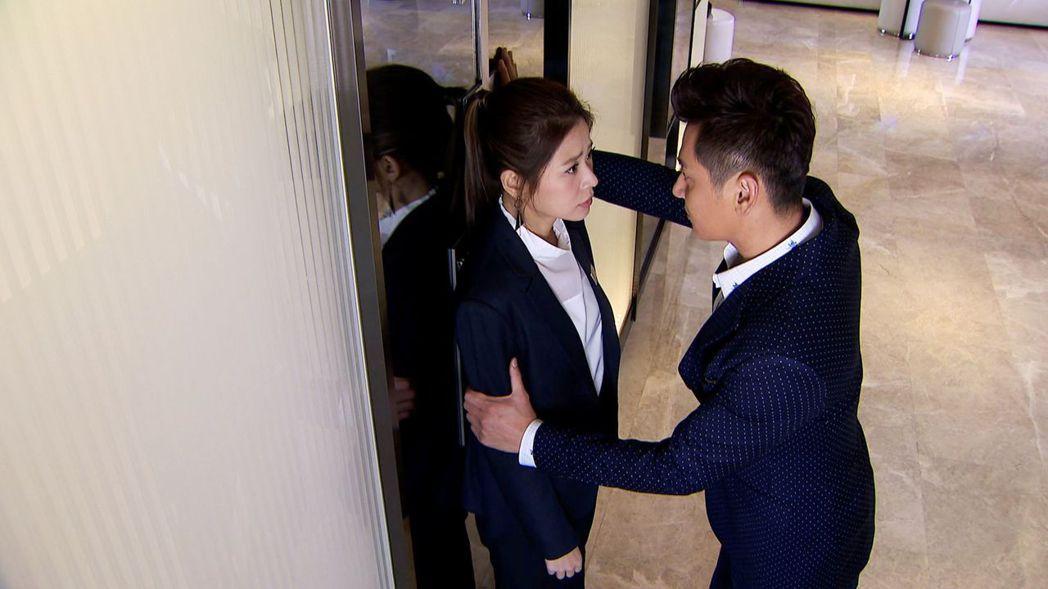 陳冠霖(右)和李燕再度於新戲「炮仔聲」中搭檔演出。圖/三立提供