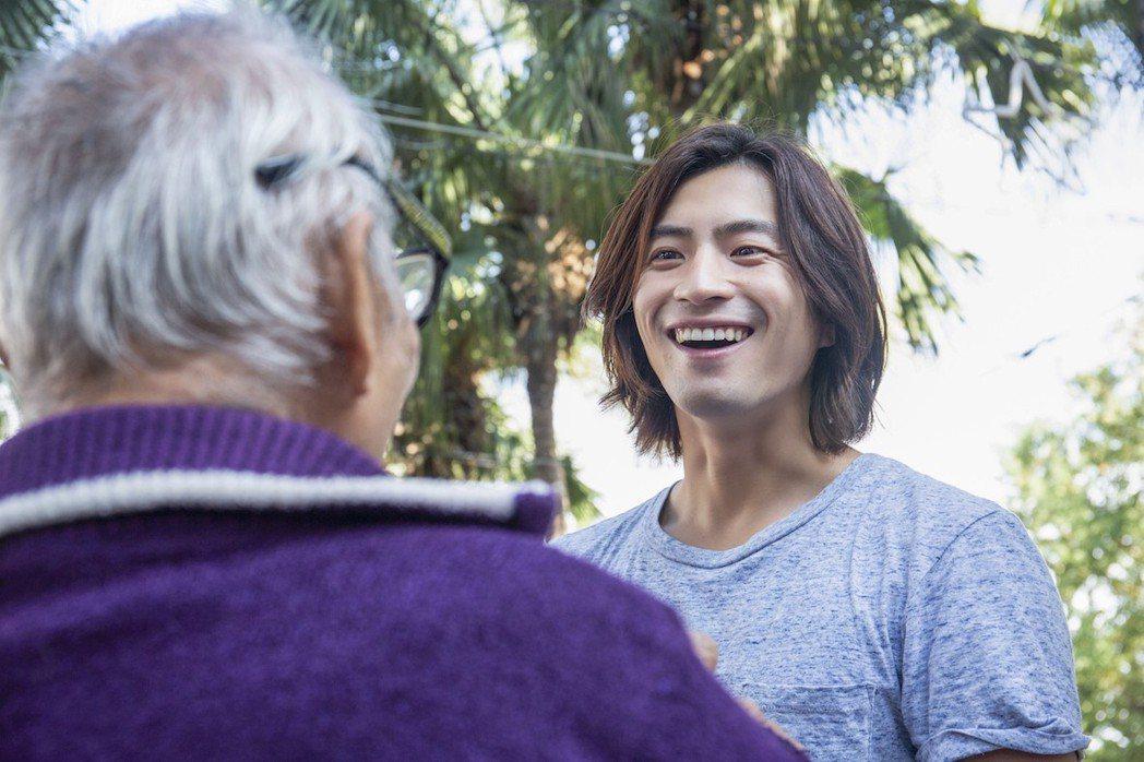 福地祐介和精通日文的老先生相談甚歡。圖/凱渥提供