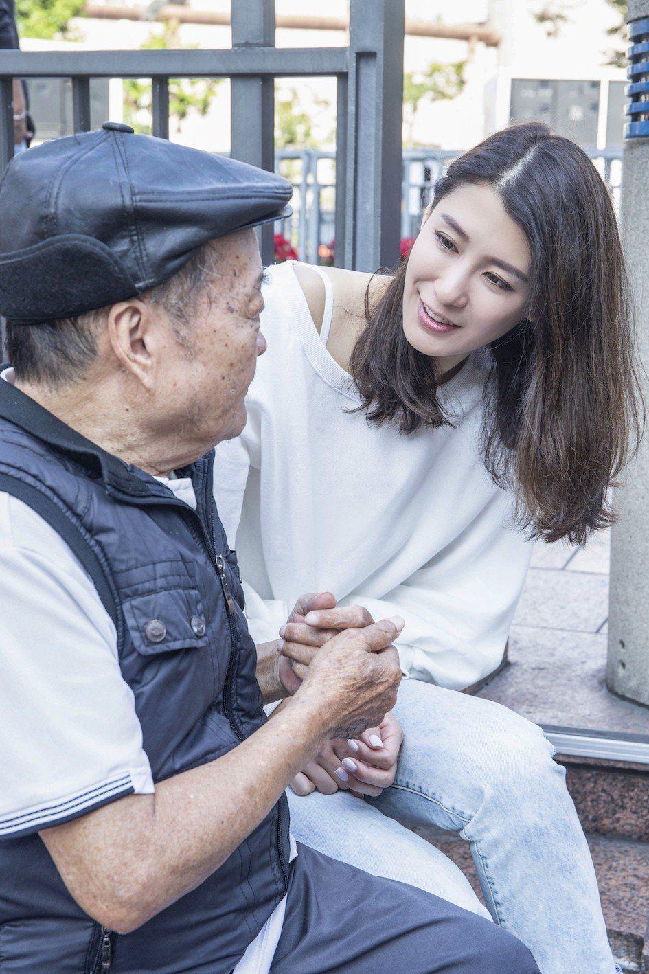 趙孟姿和老爺爺聊天,被勸趁年輕找對象。圖/凱渥提供