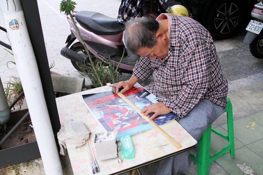 現居台南的顏振發,是全台目前少數的手繪電影看板師傅。圖/JUSTLIVE就是現場...