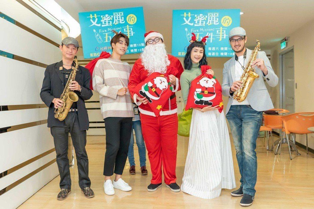 鍾瑶應景扮麋鹿,到街頭發耶誕餅乾。圖/東森提供