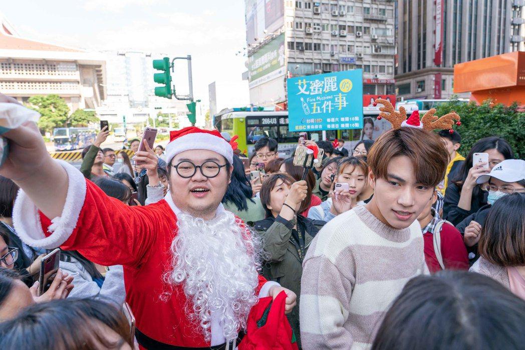 林子閎(右)街頭發放耶誕餅乾,簡建安扮耶誕老公公。圖/東森提供