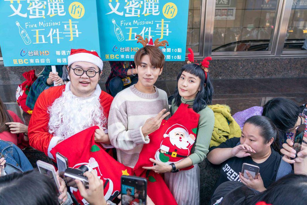鍾瑶(右起)、林子閎、簡建安到街頭發耶誕餅乾。圖/東森提供