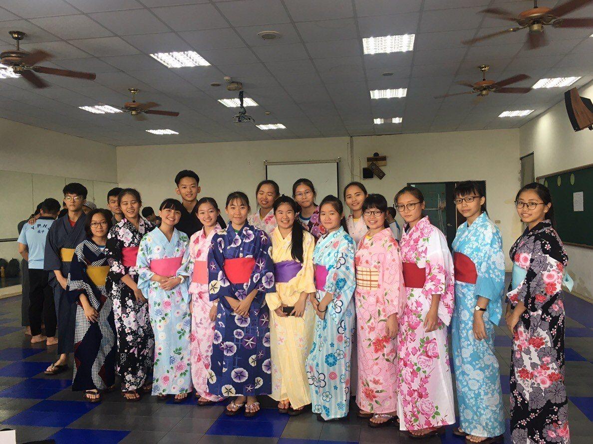 潮州高中今明兩天園遊會也舉辦一年一度的浴衣節,並且準備數套浴衣開放給校內學生及來...