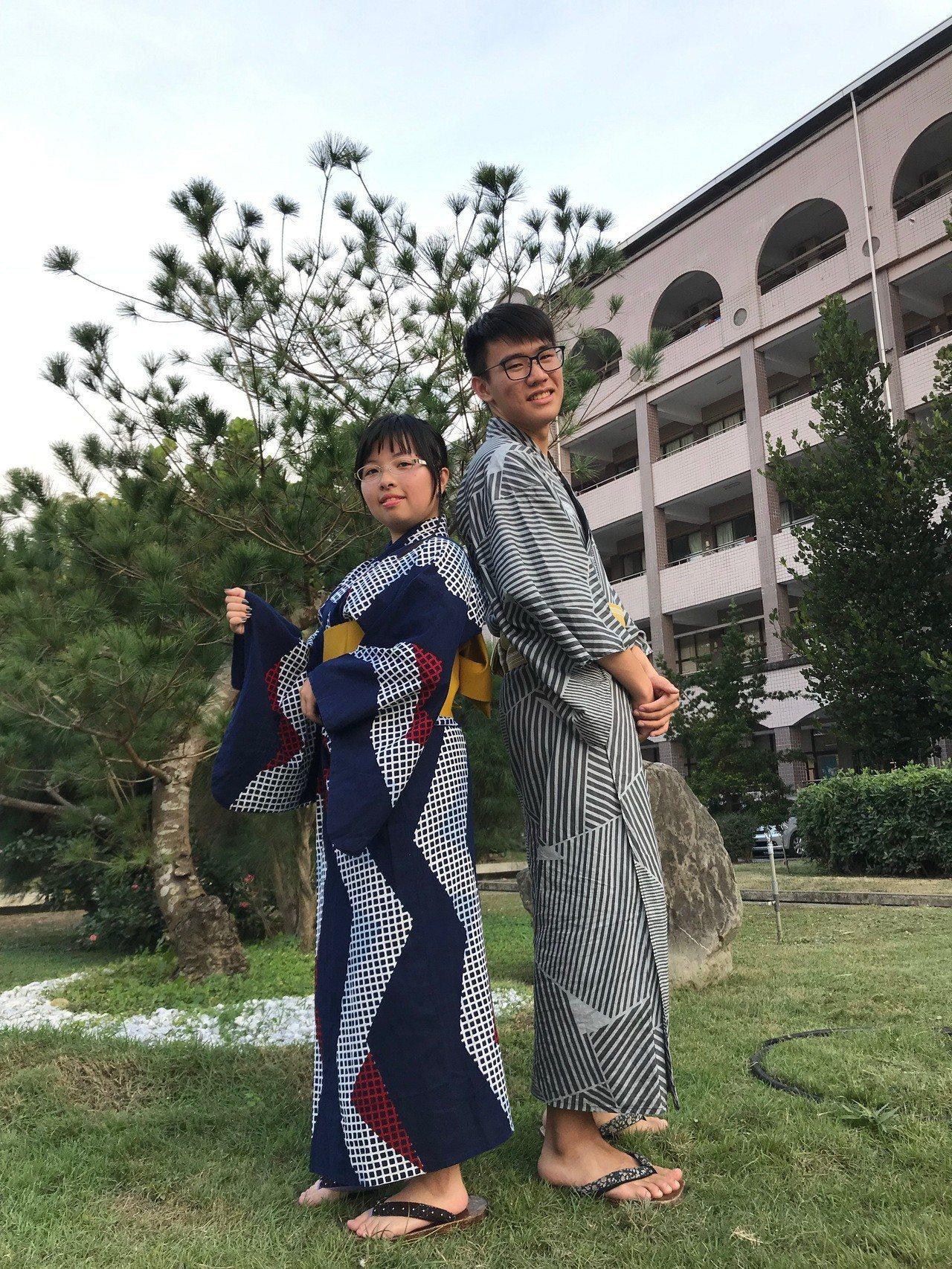 潮州高中三年級學生林艷(左)和屈力承(右)穿上日本傳統服飾浴衣來進行展示。記者蔣...