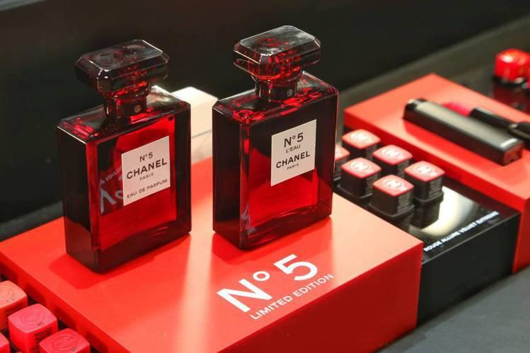 香奈兒經典N°5香水也特別推出紅色限定版。圖/記者陳立凱攝影
