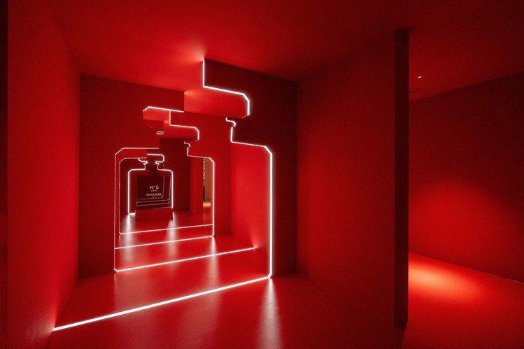 香奈兒LE ROUGE紅色工場,紅色迴廊。圖/香奈兒提供